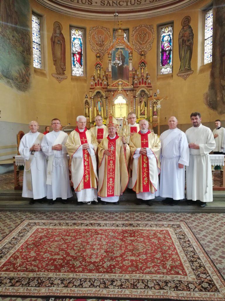 Diakoni wraz z biskupem po święceniach